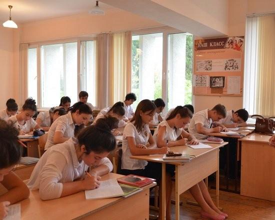 Картинка 6. Школьники за партой