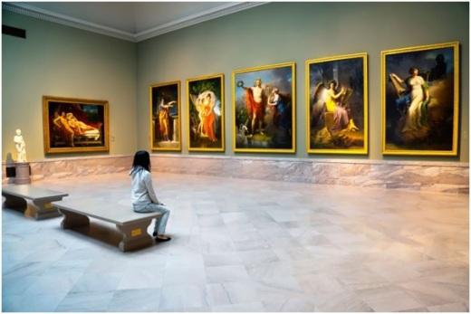 девочка в картинной галерее