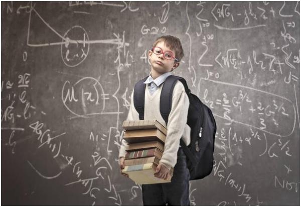 школьник с рюкзаком и учебниками
