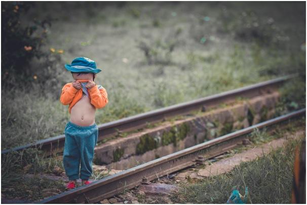 маленький ребенок на дороге картинка