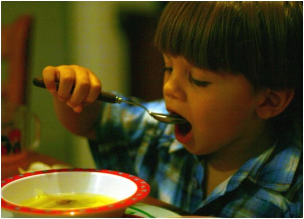 картинка ребенок ест